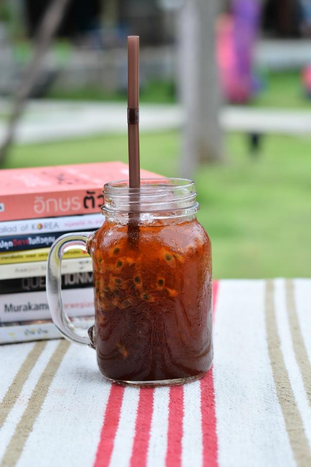ชาดำเสาวรส : เครื่องดื่มที่ไม่เคยเห็นที่ไหน ปกติจะเคยดื่มแต่ชามะนาว แต่ที่นี่เขาใช้เสาวรสแทนมะนาว ซึ่งกลิ่นจะหอมกว่ามะนาวธรรมดา และรสชาติออกเปรี้ยวอมหวาน ตามสไตล์ของเสาวรสเขาเลย