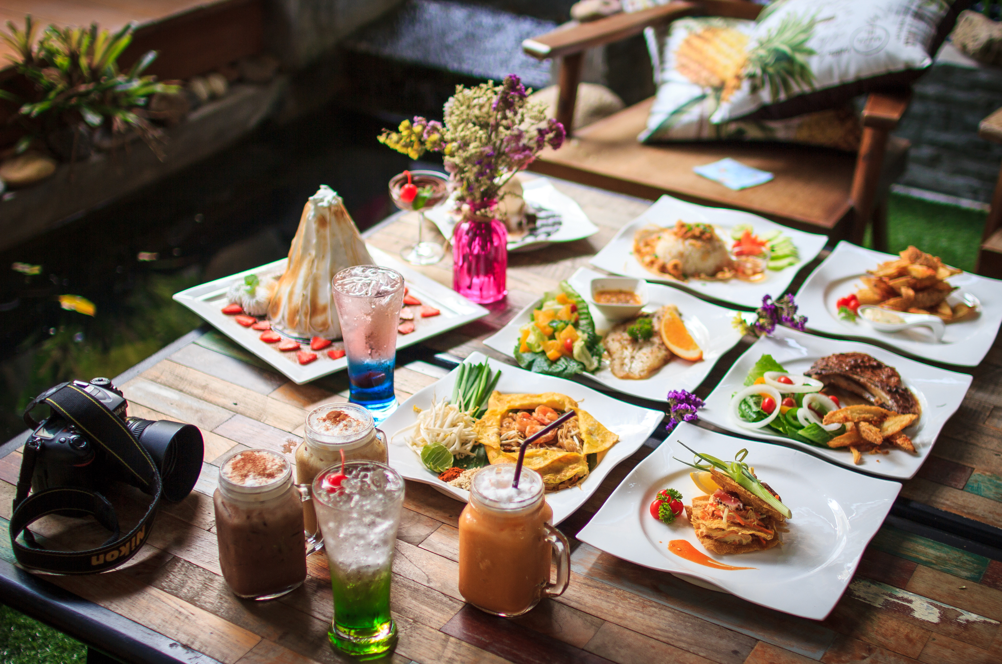 จะเป็นอาหารไทยหรือฝรั่ง ของหวานเครื่องดื่มแสนอร่อย Le Chalet Food & Beverage ก็พร้อมบริการ